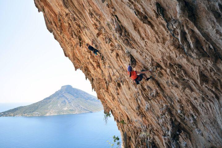 Überhängende Sportkletterroute mit Sinterstrukturen in Kalymnos