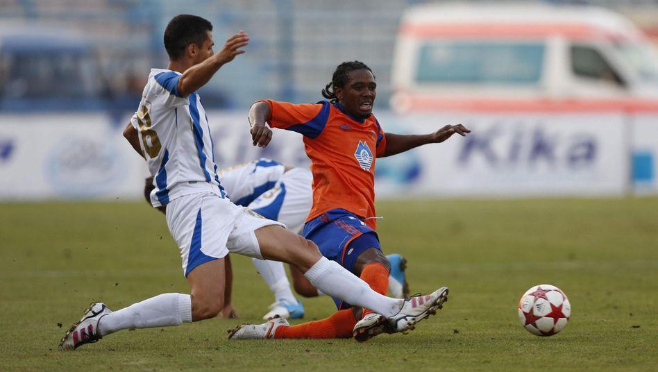 Tirana-Spieler Mucollari (l.) gegen Aalesunds Morrison: 1:1 im Hinspiel, 0:5 in Norwegen