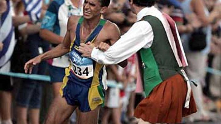 Marathon: Zuschauer zerrt Führenden von der Strecke