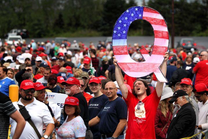 Anhänger des Verschwörungskults QAnon bei Trump-Auftritt