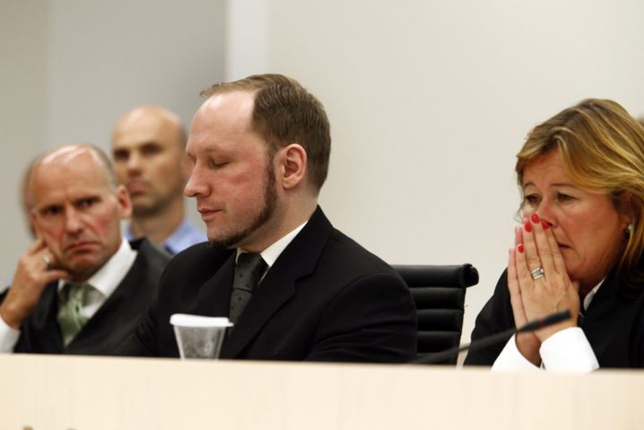Der Massenmörder Breivik mit seinen Anwälten vor Gericht