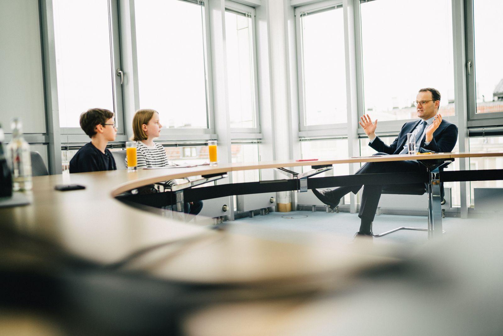 Bundesgesundheitsminister Jens Spahn im Kinderinterview mit Jakob und Rosa im Bundesministerium für Gesundheit, Berlin