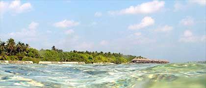 Tropentraum Kuramathi: Türkisfarbenes Wasser und Stelzen-Bungalows unter Palmen
