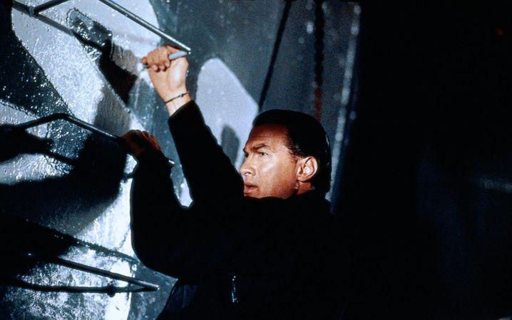 """Alles eine Frage der Einstellung : Steven Seagal zeigt in """"Alarmstufe: Rot"""" allen, wo der Hammer hängt"""