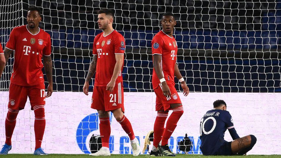 Jérôme Boateng (l.) und David Alaba (r., neben dem sitzenden Neymar) beim Spiel in Paris: Sie verlassen den FC Bayern zum Saisonende