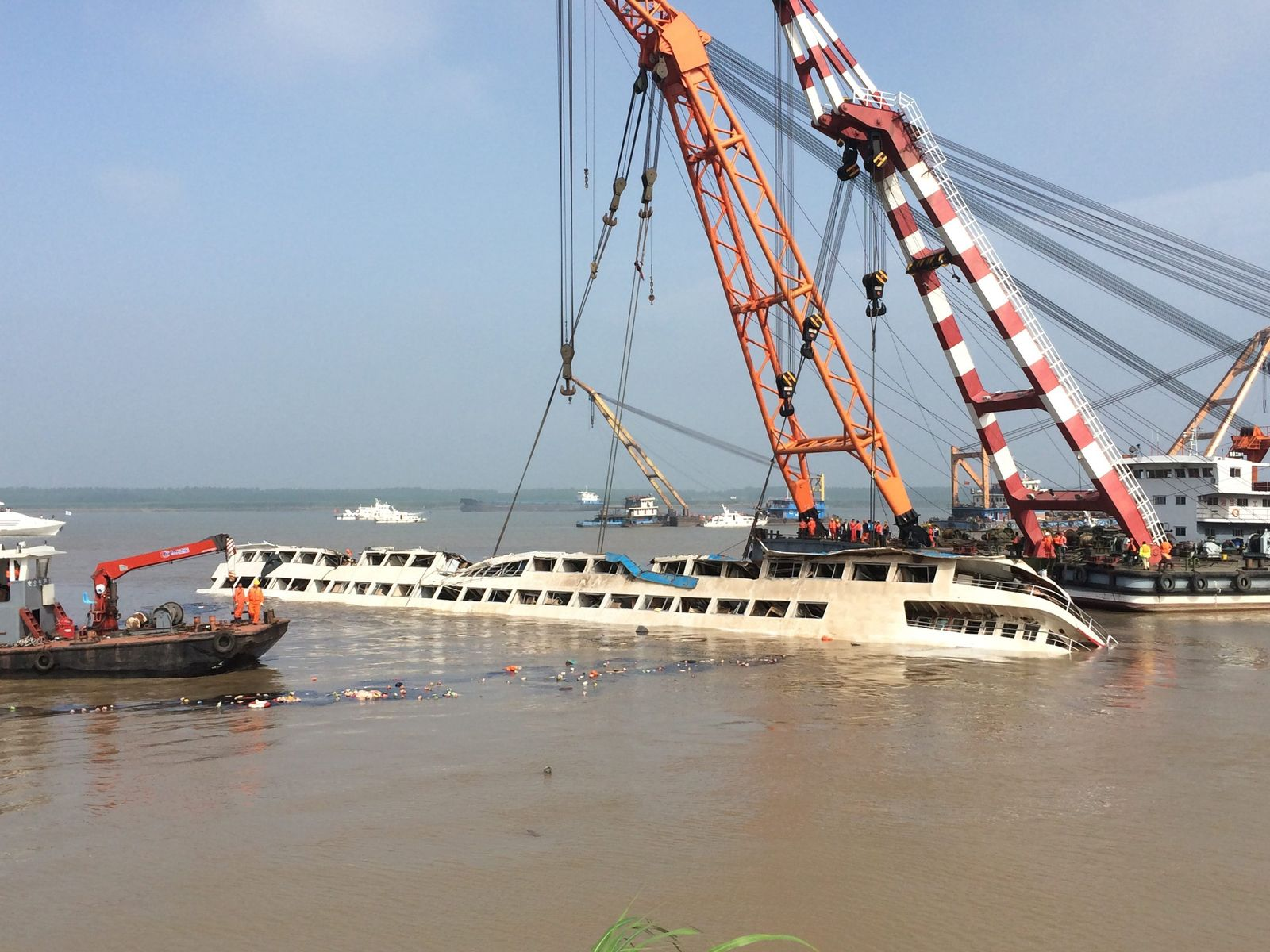 Salvage workers attempt to right capsized Chinese cruise ship