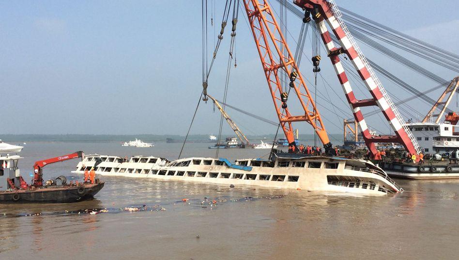 Kräne auf dem Jangtse in China: Wrack des Kreuzfahrtschiffs aufgerichtet