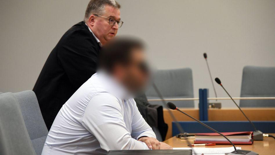 Der Angeklagte und sein Anwalt Lars Leininger im Landgericht Siegen