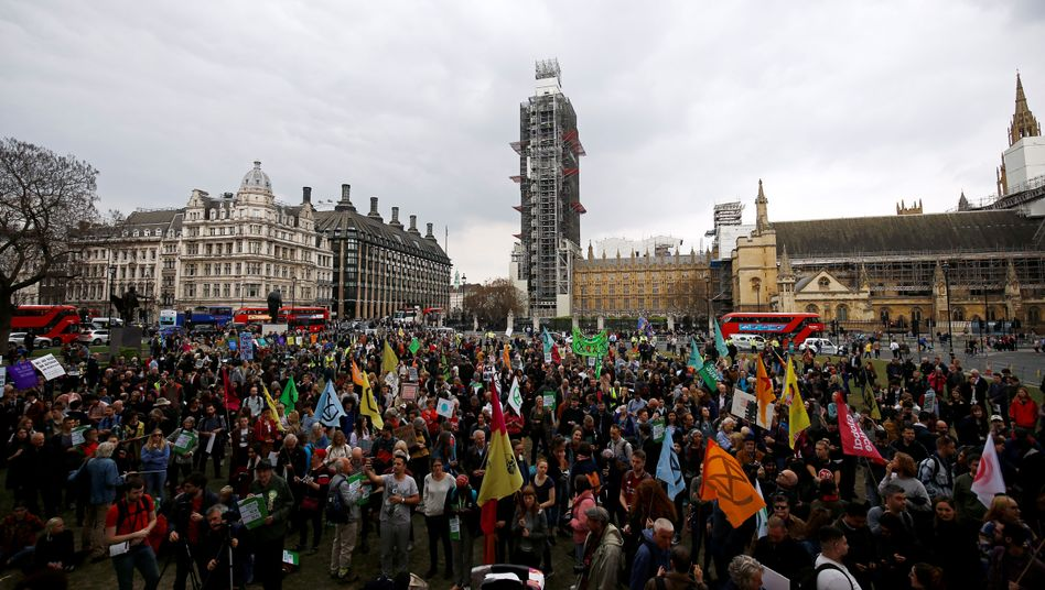Klimaaktivisten protestieren vor dem Parlament in London