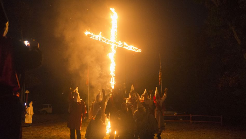 Brennendes Kreuz (Symbolbild): Rassistisch motivierte Tat wird hart bestraft