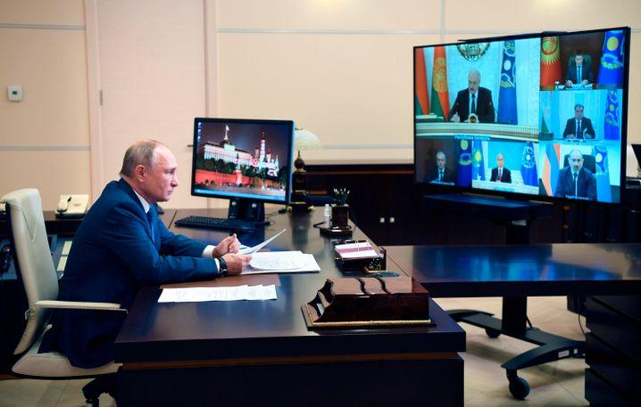 Der Präsident vor dem Bildschirm: Seit Monaten regiert Wladimir Putin per Onlinekonferenz von seiner Residenz bei Moskau aus