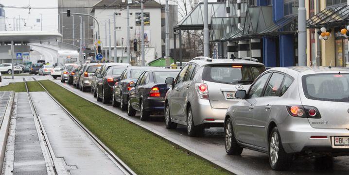 Autos mit Schweizer Kennzeichen in Weil am Rhein im Stau am 17. Januar