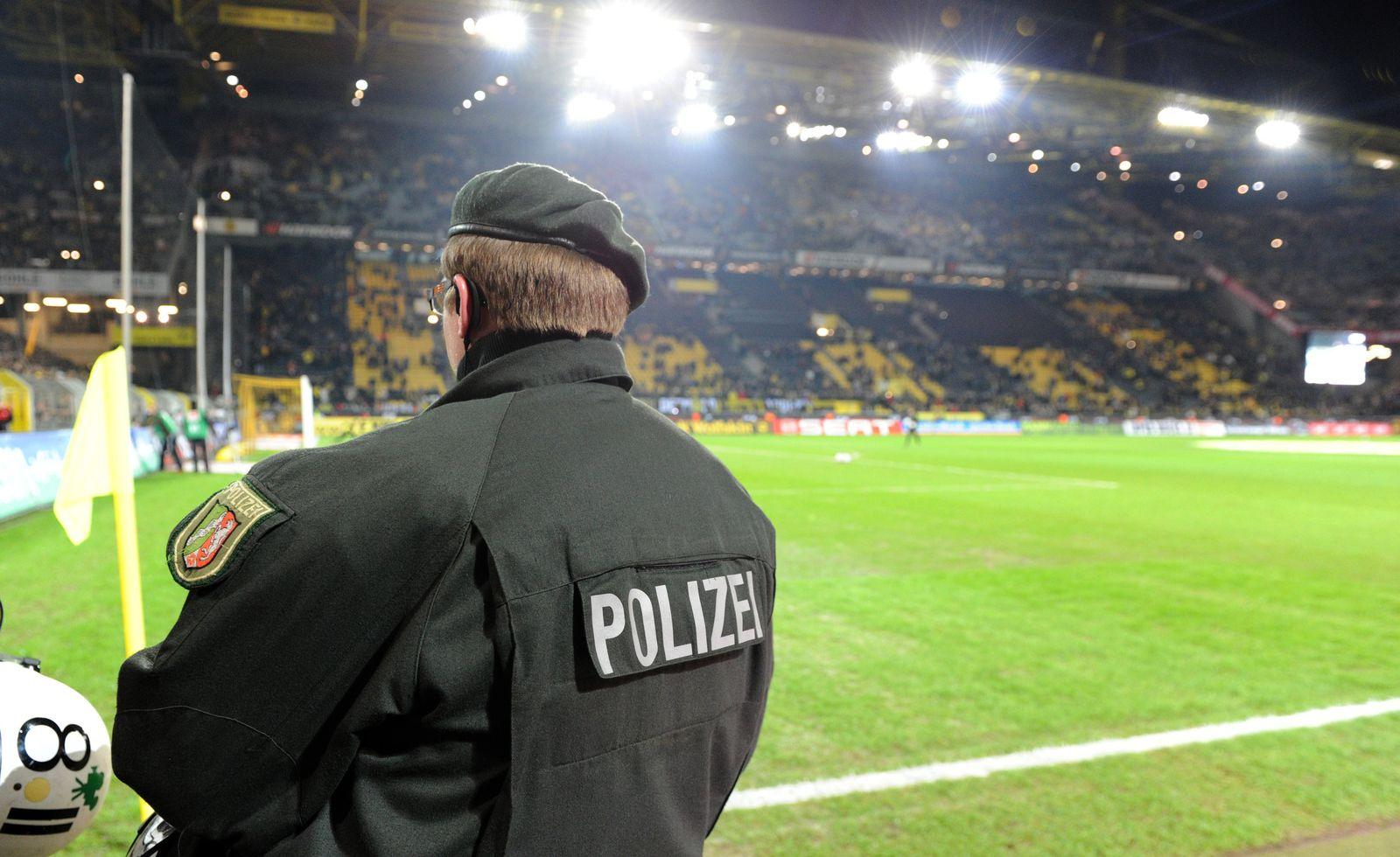 Polizist im Dortmunder Stadion
