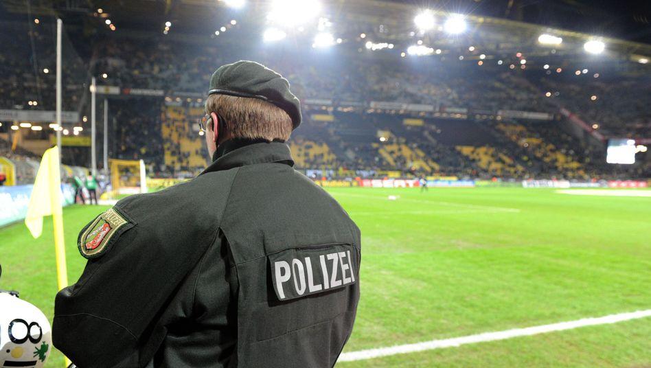 Polizist im Dortmunder Stadion (Archiv): Ein 25-Jähriger wurde festgenommen