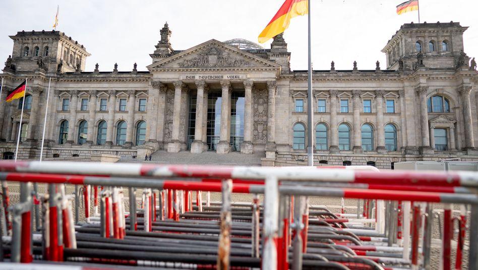 Absperrgitter vor dem Bundestag am Tag vor der Debatte über das Infektionsschutzgesetz