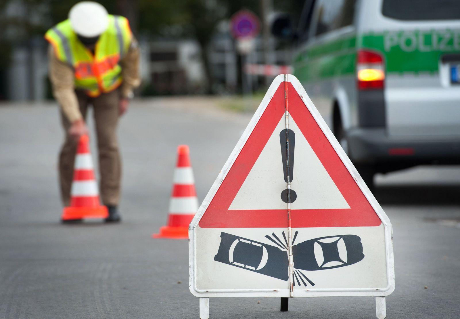 SYMBOLBILD Verkehrsunfall/ Warnschild
