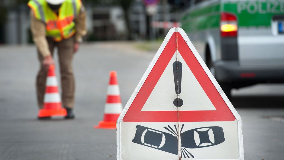 Hinweisschild Verkehrsunfall: Zahl der Verkehrstoten 2014 leicht gestiegen
