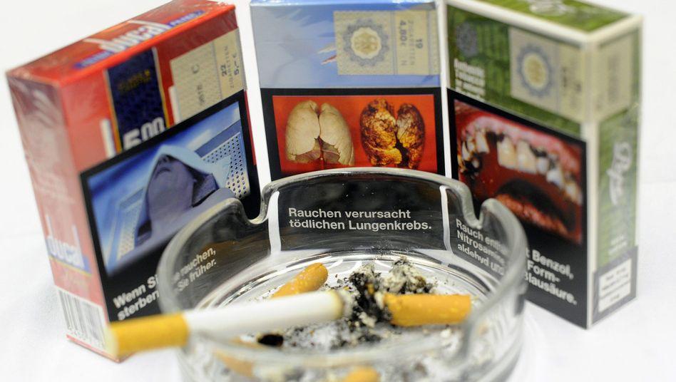 Zigarettenschachteln mit möglichen Schockbildern und Warnhinweisen (Archivbild)