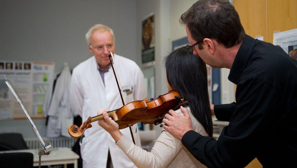 Ärzte von der Musikerambulanz in Düsseldorf: Jahrelange schiefe Haltung beim Geigespielen führt zu schweren Problemen