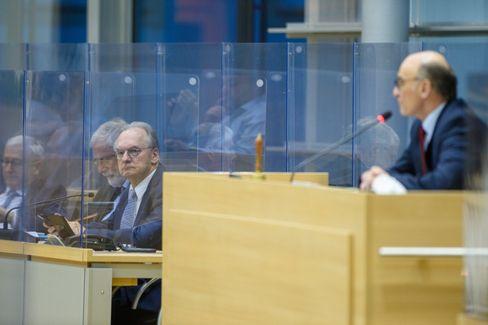 Eingezäunt: Ministerpräsident Haseloff (3.v.l.) gestern im Landtag
