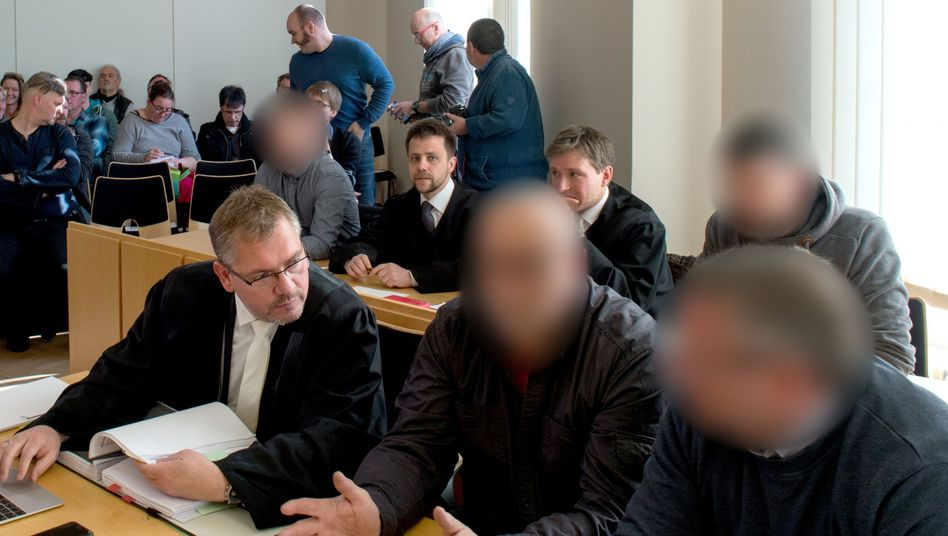 Prozessbeteiligte im Arnsdorf-Prozess in Kamenz