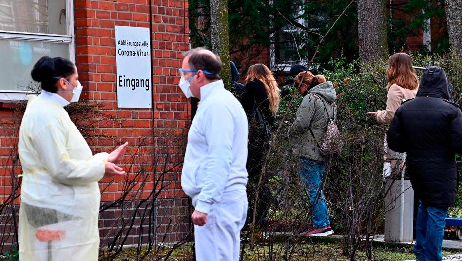 Schlange vor Corona-Teststation in Berlin