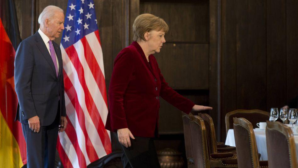 Kanzlerin Merkel mit dem künftigen US-Präsidenten Biden (bei der Münchener Sicherheitskonferenz 2015)