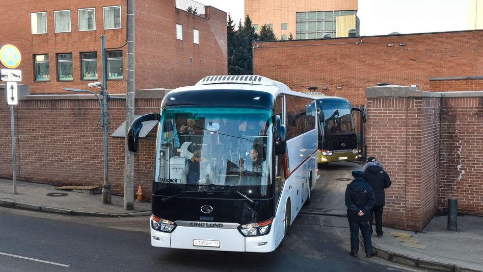 Busse verlassen US-Botschaft