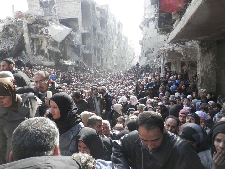 Warten auf Essen: 2014 durfte erstmals seit Langem ein Uno-Hilfskonvoi in den Stadtteil Jarmuk von Damaskus. Er wird von Syriens Militär belagert.