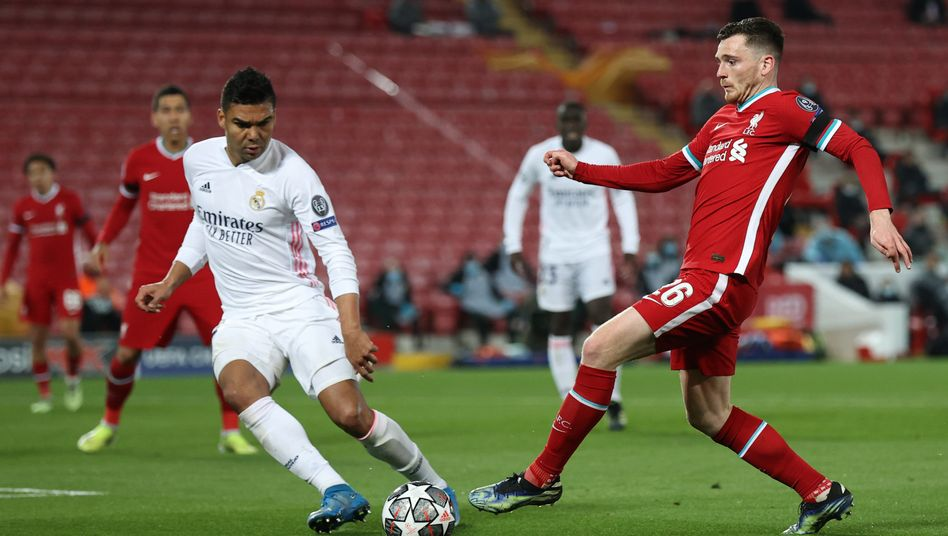 Kein Durchkommen: Real Madrids Casemiro (l.) hat Andrew Robertson im Blick