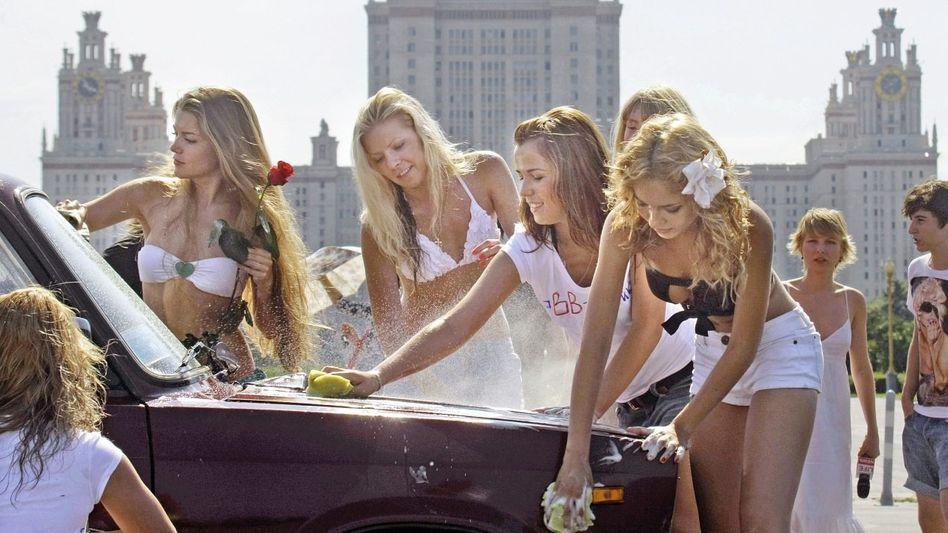 Putin-Unterstützerinnen in Moskau: Der offene politische Wettbewerb beschränkt sich auf die offenen Blusen der jungen Damen