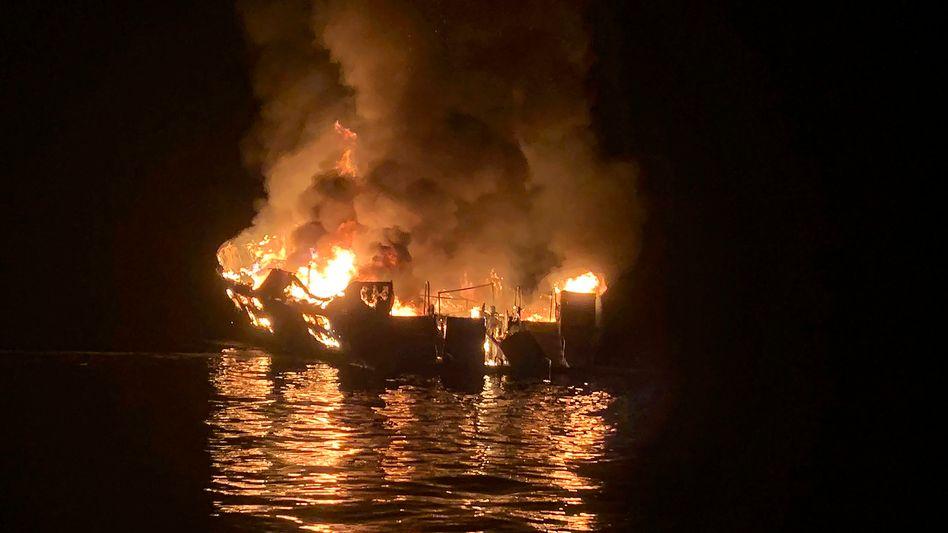 Santa Cruz Island: Brennendes Tauchboot »Conception« vor der südkalifornischen Küste Anfang September 2019