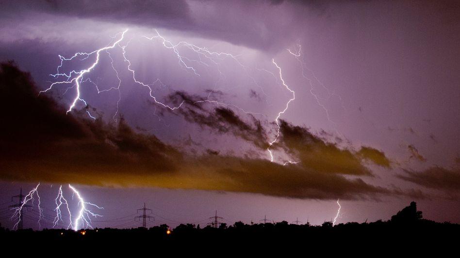 Hübsch anzusehen, aber oft mit verheerenden Folgen: Blitze können Waldbrände auslösen und Ökosysteme zerstören