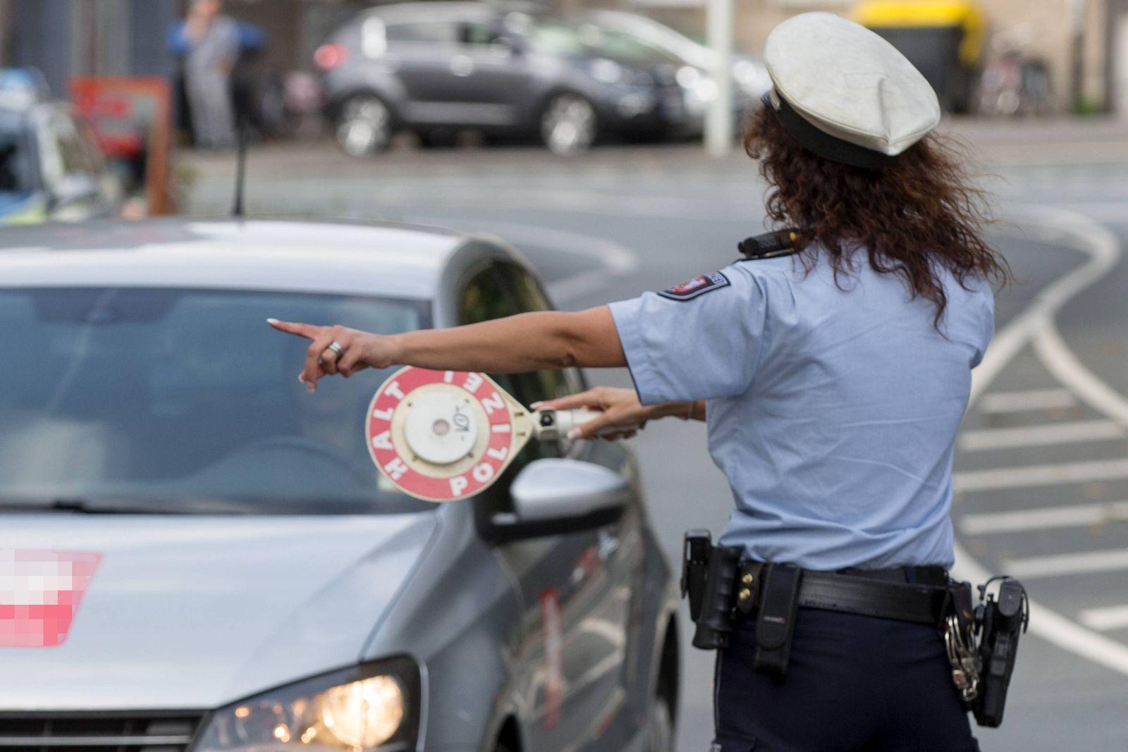 EINMALIGE VERWENDUNG Top-Flops/ 2019/ Mobilitaet/ Polizeikontrolle