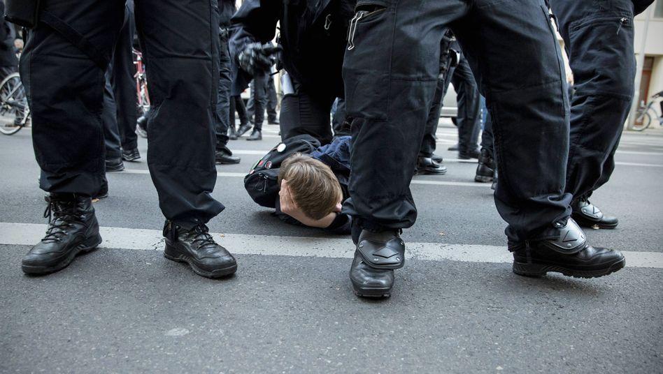Demonstration in Berlin im Oktober 2018 (Symbolbild): Laut der Bochumer Studie berichten vor allem Aktivisten und Fußballfans von Polizeigewalt