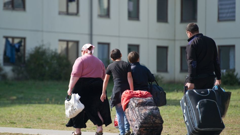 Asylum seekers move into a housing unit in Brandenburg: German's new coalition government has proposed few sustantial changes to refugee policy.