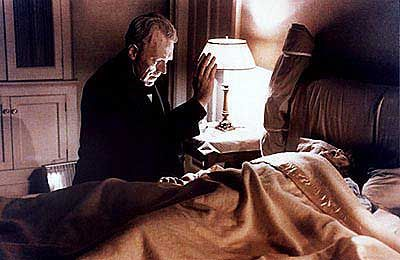 Teufels-Austreibung: Pater Merrin (Max von Sydow) beschwört die besessene Regan (Linda Blair)