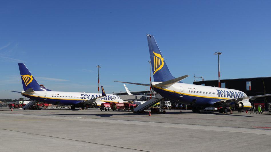 Ryanair-Flugzeuge am Airport in Hamburg