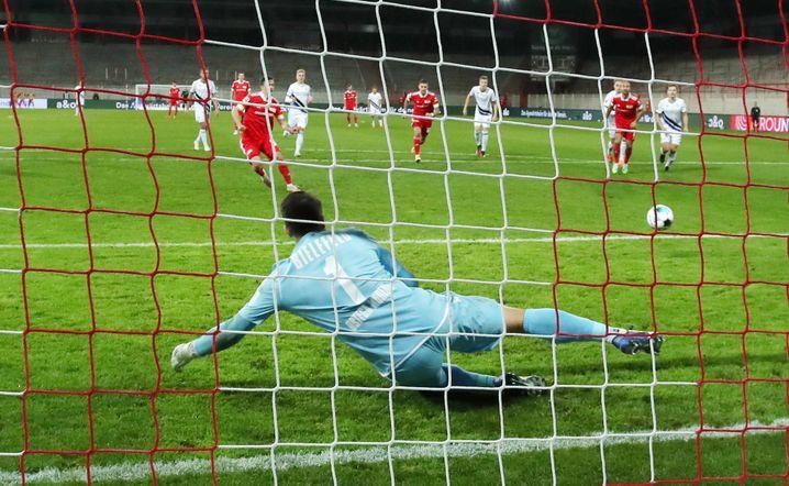 Aus elf Metern zum 4:0 gegen Bielefeld: Max Kruse