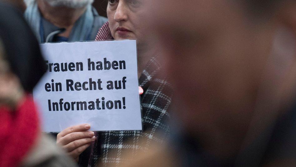 Demonstration vor dem Amtsgericht in Gießen für die Selbstbestimmung von Frauen