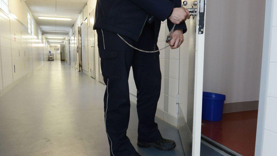 Ein Justizbeamter in der JVA Freiburg: Hier saßen die vier Straftäter