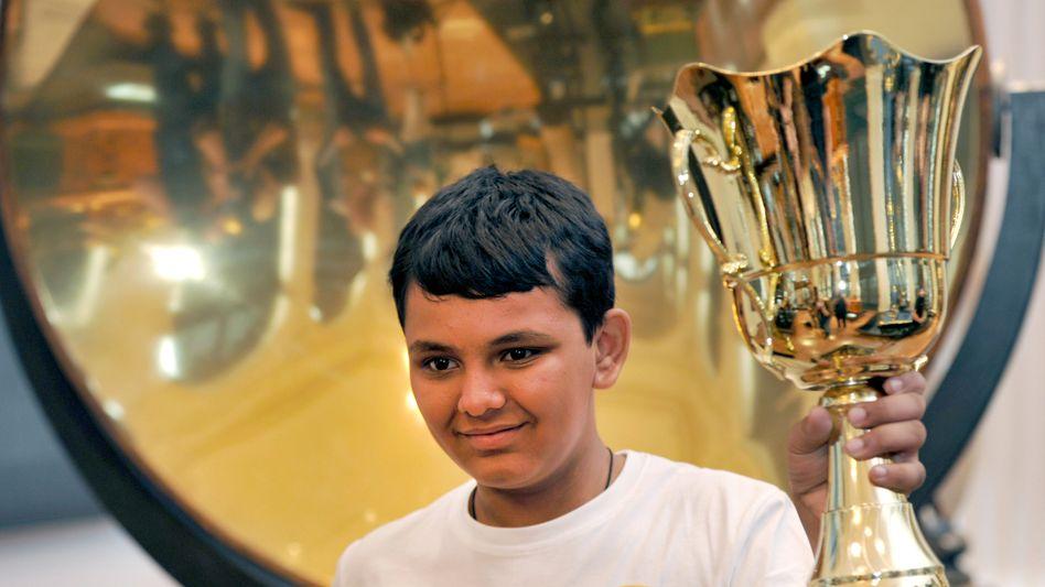 Knobelbecher: Kopfrechnen-Weltmeister Thakkar mit seinem Pokal