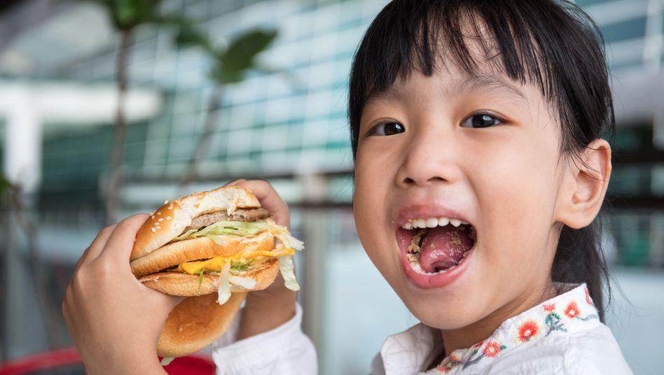 """Burger, Pommes, Cola - """"mit nur einer Mahlzeit hat ein Kind den Zuckerbedarf von fast fünf Tagen gedeckt"""""""
