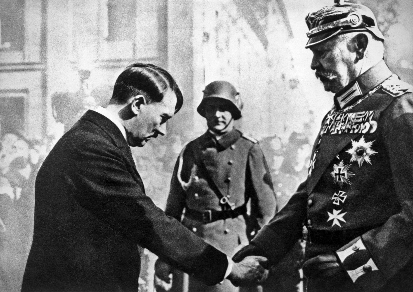 Nazisme : Potsdam (Allemagne) le 21/03/1933. poignee de mains lors de la rencontre officielle du chancelier Adolf Hitle