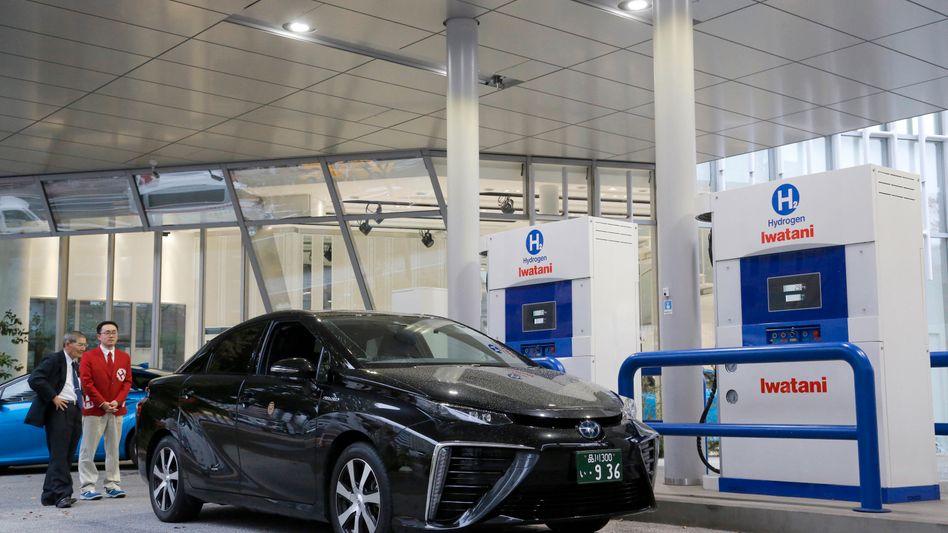 Toyota Mirai an einer Wasserstoff-Tankstelle in Tokio