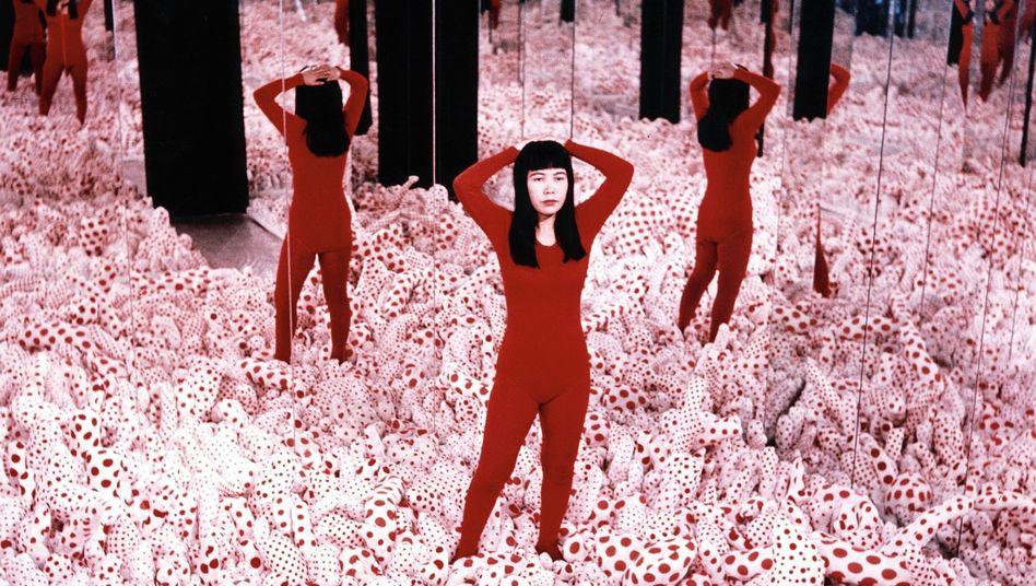 Künstlerin Kusama in einem ihrer »Infinity Mirror Rooms« 1965: »Sehnsucht nach Liebe und Frieden«