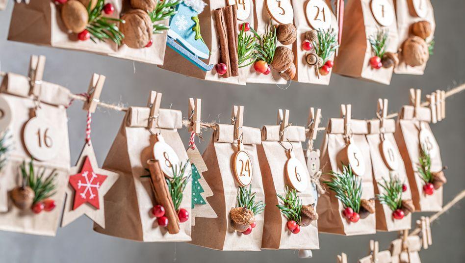 Schöner als die Industrieprodukte aus dem Supermarkt, meist aber doch nur mit Süßkram gefüllt: ein Säckchen-Adventskalender