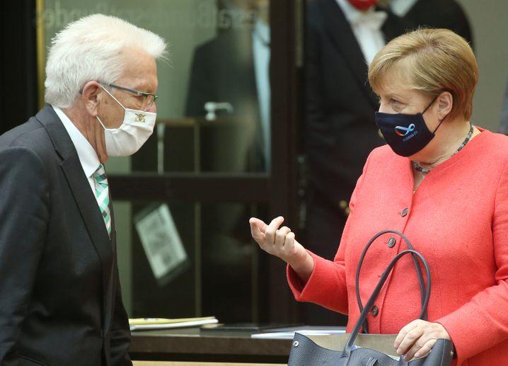 Angela Merkel und Baden-Württembergs Ministerpräsident Winfried Kretschmann mit Maske im Bundesrat
