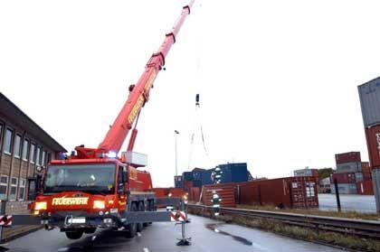 Feuerwehr im Dauereinsatz: Im Hambruger Hafen bergen die Einsatzleute umgestürzte Container