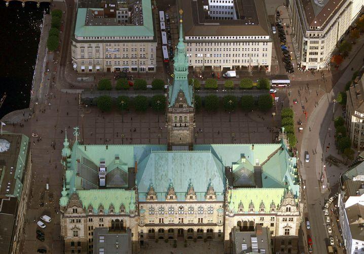 Hamburger Rathaus: Beheizbarer Rollrasen auf dem Vorplatz